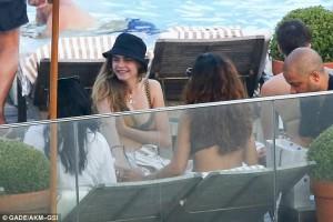 Rihanna-dhe-Cara-Delevigne-janë-takuar-në-Brazil-3