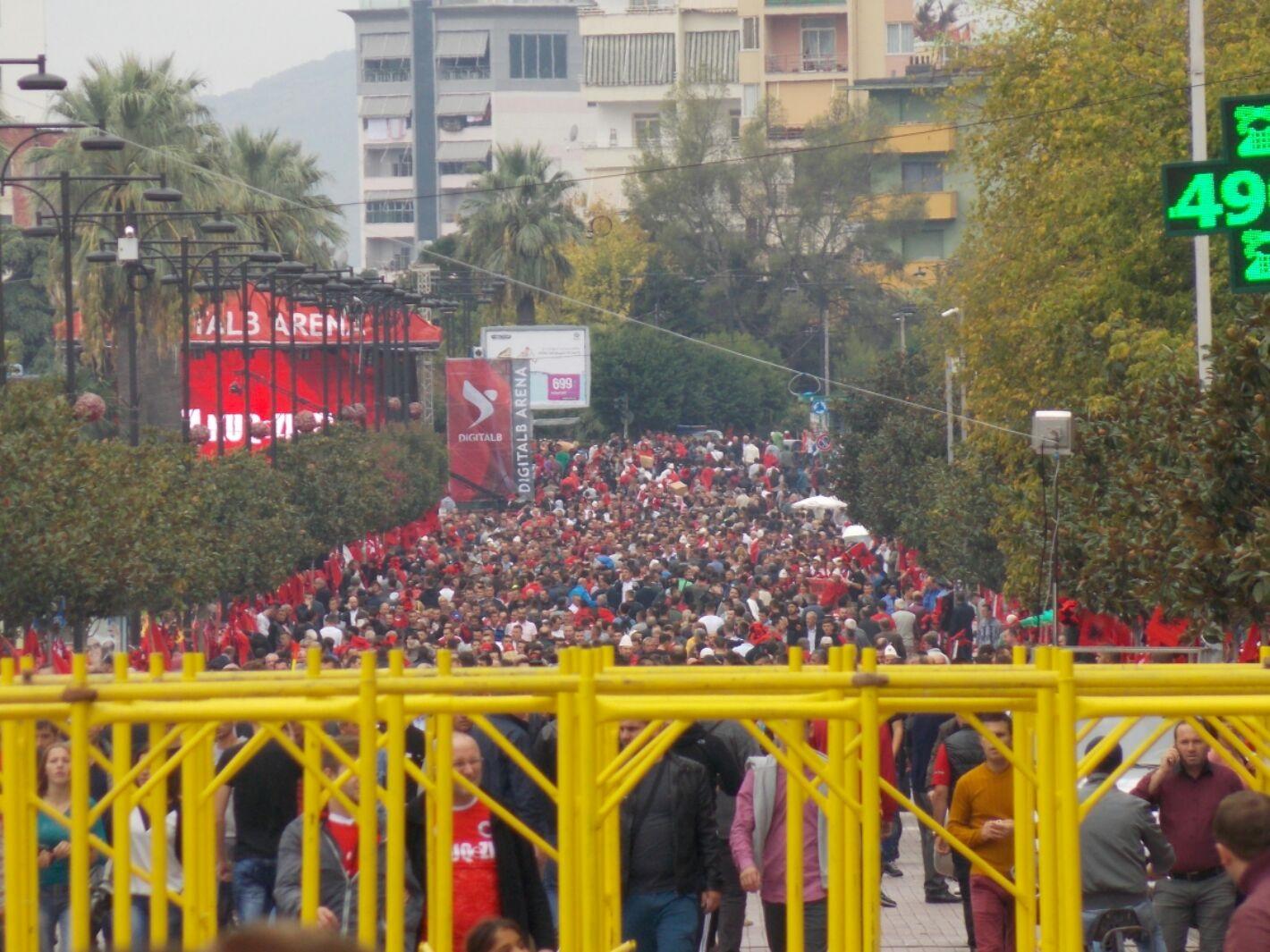 foto: mijera tifoze per ndeshjen Shqiperi-Serbi ne qytetin e Elbasanit