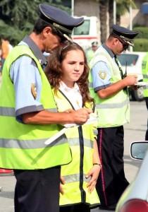POLICIA RRUGORE PER RRIPAT E SIGURIMIT - Police rrugore duke gjobitur qytetare, ne kuader te fushates se sensibilizimit, per qarkullimin e shofereve me rripa sigurimi.