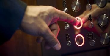 71 vjeçari nuk i ndahej komshies në ashensor…