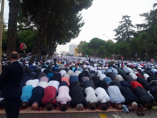 Sot Kurban Bajrami, mijëra besimtarë myslimanë falin namazin