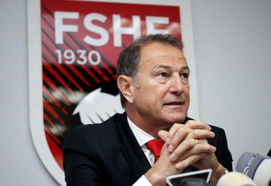 Traineri i ekipit Kombetar Shqiptar Gianni De Biasi, duke folur gjate nje konference shtypi, ku ka shpllur listen e lojtareve qe do te keee ne dispozicion per tri miqesoret e radhes.