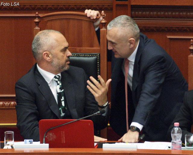 Kryetari i Kuvendit Ilir Meta dhe Kryeministri Edi Rama, gjate nje seance parlamentare, ku eshte miratuar projektligji Per regjistrimin, klasifikimin, menyren e perdorimit dhe kontrollin te mjeteve lundruese me motor me tonazh nen 20 NT.