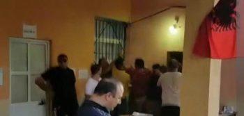 Foto  Sherr me grushte mes komisionerëve të PS dhe LSI në Kavajë