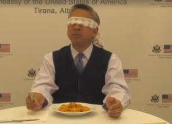 Shikoni reagimin e Ambasadorit Lu  me sy mbyllur ha tavë dheu