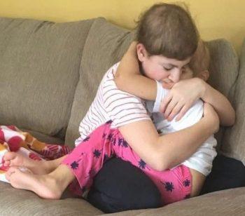 Fotoja tronditëse  vëlla e motër përqafohen teksa luftojnë së bashku kancerin
