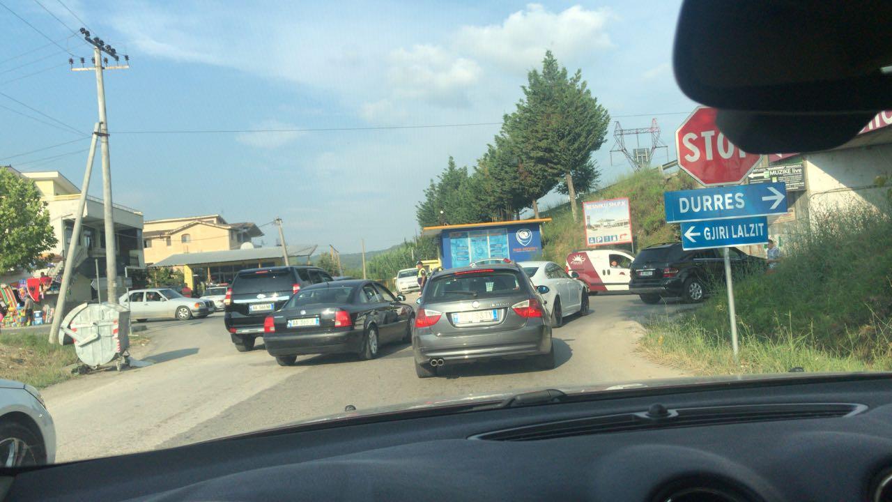 Radhë kilometrike në autostradën Tiranë-Durrës, automjetet të bllokuara 1 orë në trafik