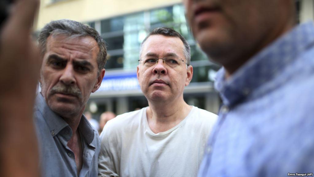 Kriza diplomatike e ekonomike, Turqia nuk e lëshon priftin amerikan
