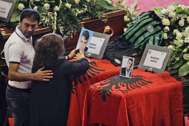 Trupat e Marjusit dhe Admirit me flamur shqiptar në ceremoninë në Xhenova