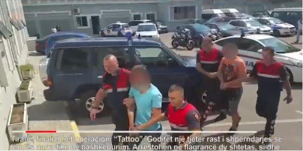 Video/ Bënin tatuazhe, por shisnin dhe drogë në Tiranë