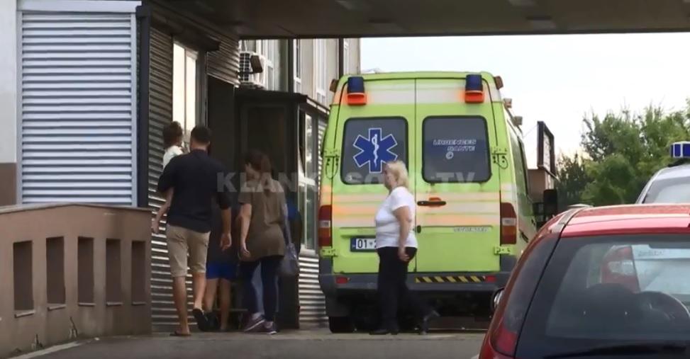 E rëndë/ Vajza 6 vjeçare plagoset në oborrin e shtëpisë nga një plumb qorr (video)