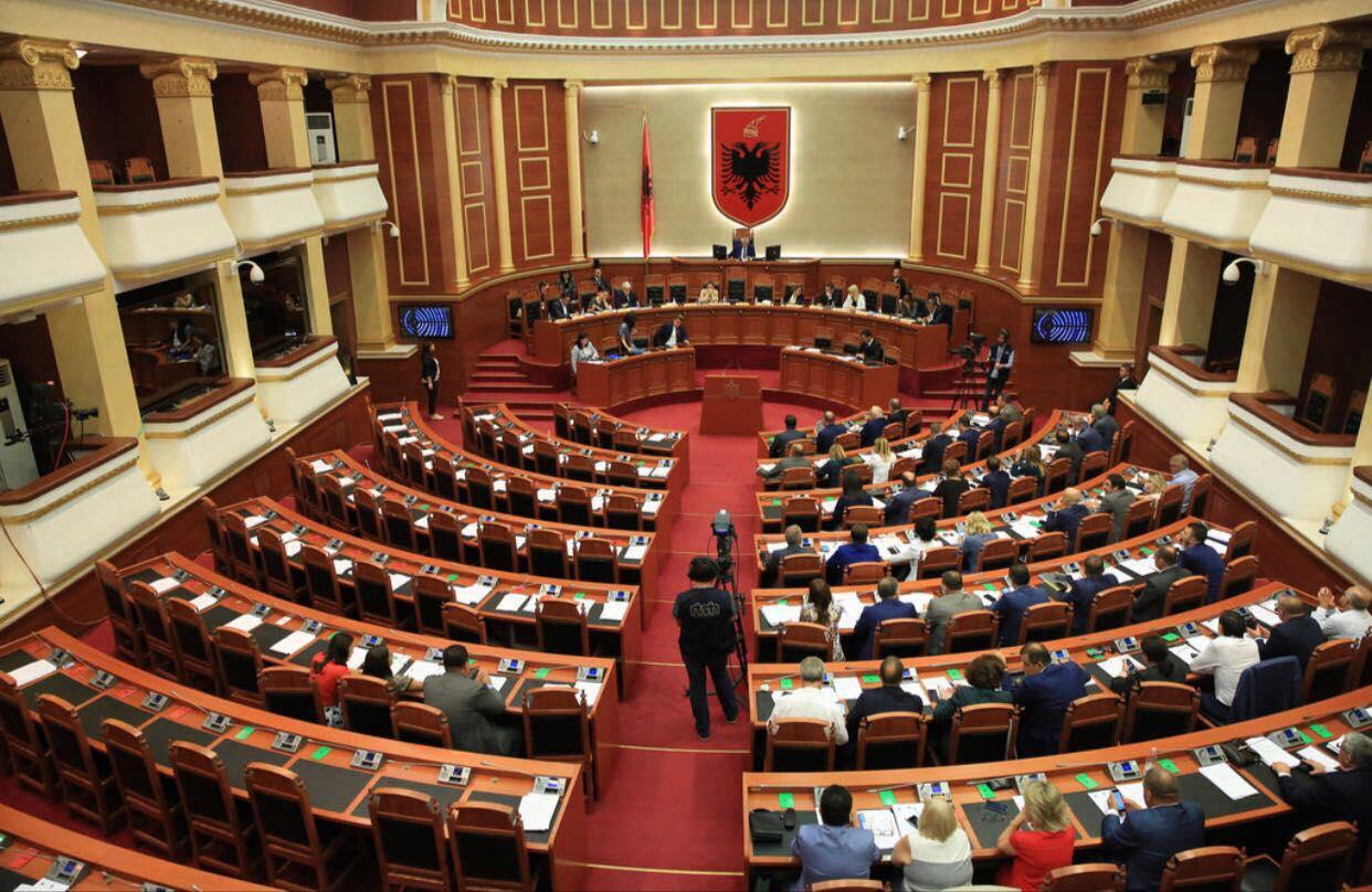 Parlamenti miraton dekretin e Metës për ligjin e Teatrit