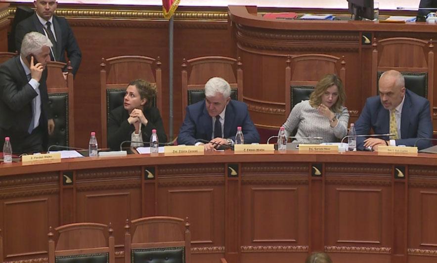Majko bojkoton seancën për ligjin e Teatrit  ikën me Metën në Kosovë