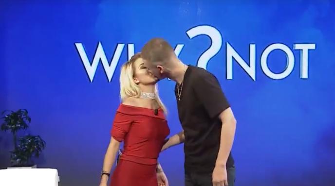 Roza Lati dhe Fero puthen sërish në buzë para të gjithëve - Opinion.al