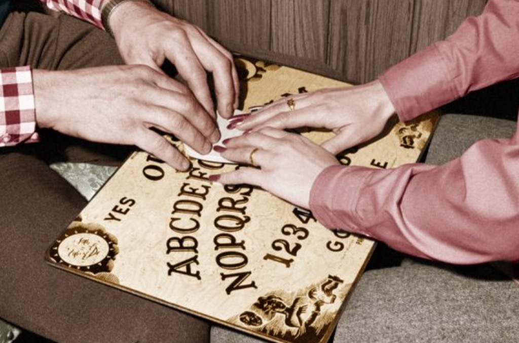 Ouija  si u krijua legjenda e lojës që të lejon të flasësh me të vdekurit