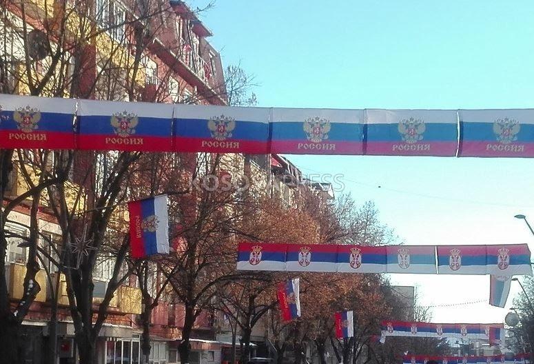Putin sot në Serbi Mitrovica mbushet me flamuj rusë dhe shkrime në rusisht