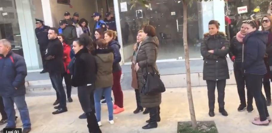 Protestë tek minibashkia  deputeti i PD  Veliaj i fshihet qytetarëve
