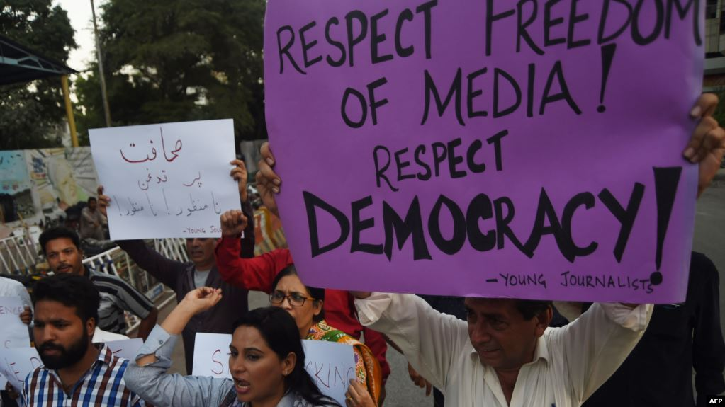 Pakistan  gazetarët në protesta kundër censurës