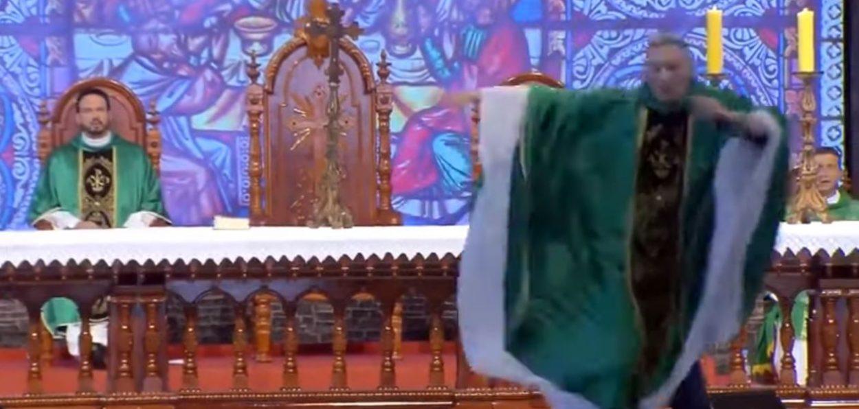 Video  Gruaja shtyn priftin nga skena  shtangen besimtarët