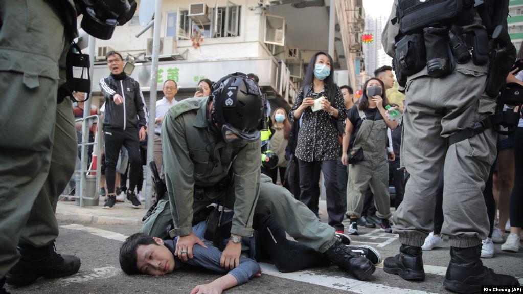Protestat në Hong Kong  2 protestues në gjendje të rëndë