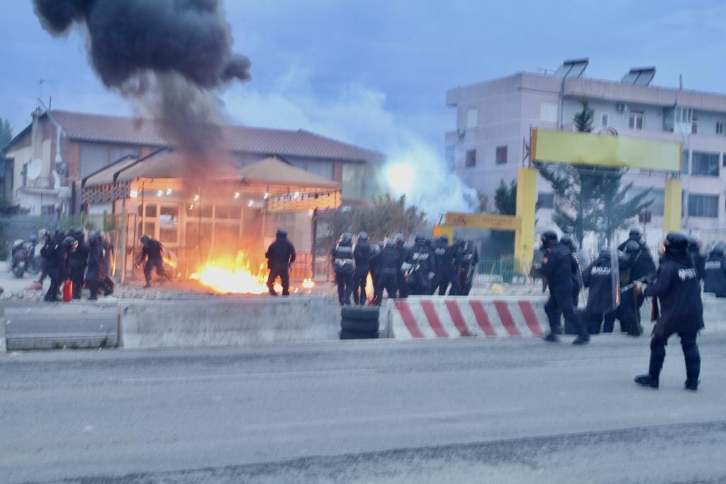 FOTO  Përplasje të forta te Astiri  gaz lotsjellës dhe 10 të shoqëruar